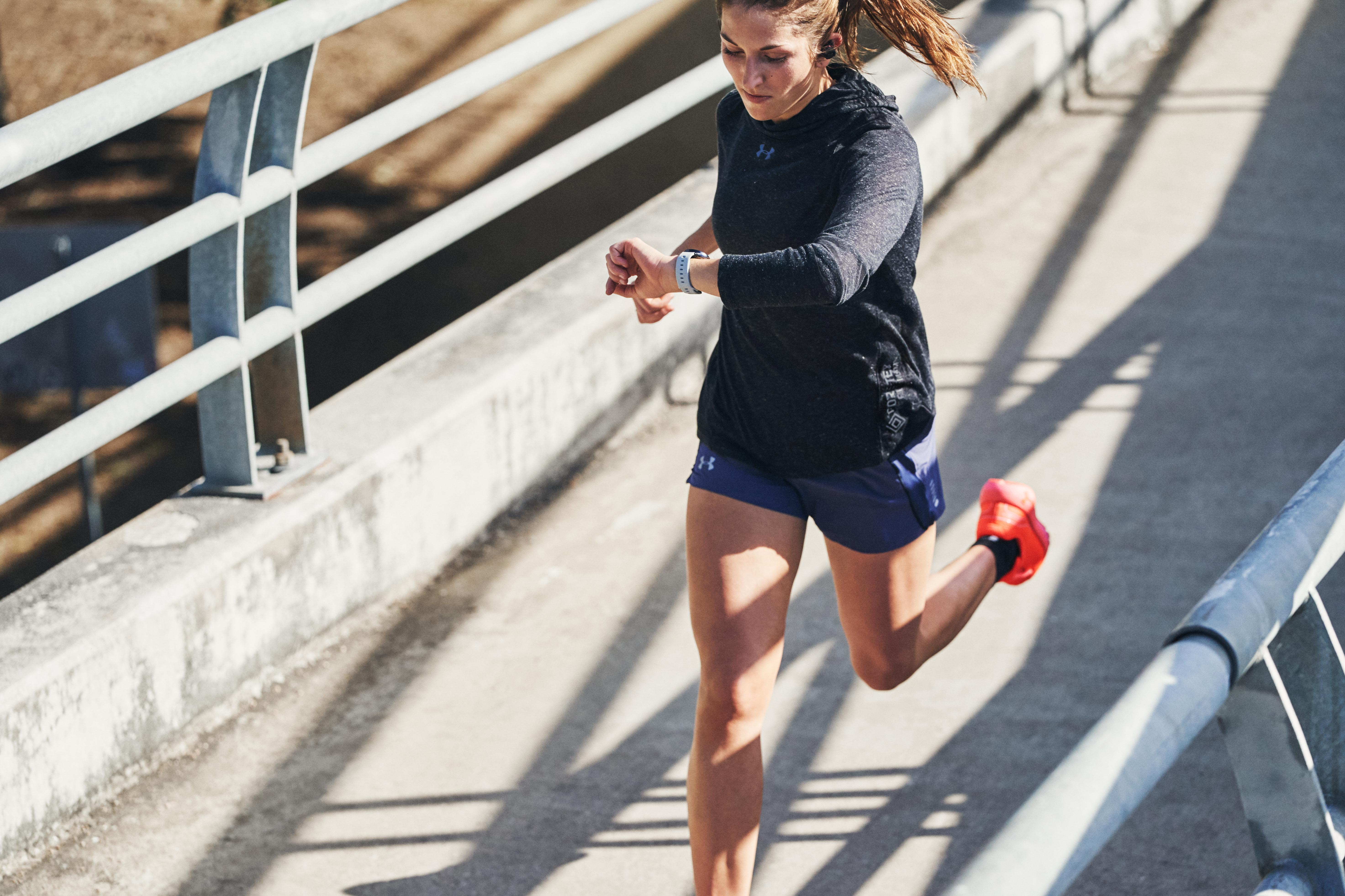 Salir a correr con las zapatillas adecuadas.