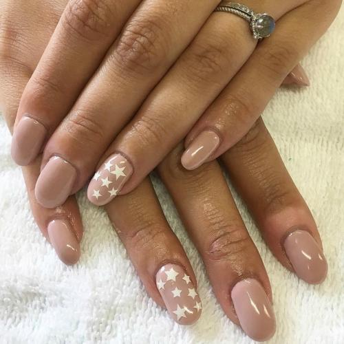 Manicura de estrellas, una nueva tendencia para tus uñas