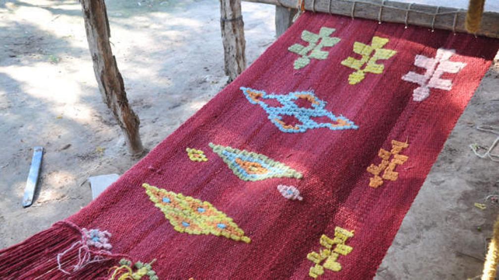 Manta realizada por tejedoras de Santiago del Estero. Este tipo de tejidos pertenecientes a la colección de José Luis Lorenzo se verán en el Museo Evita.
