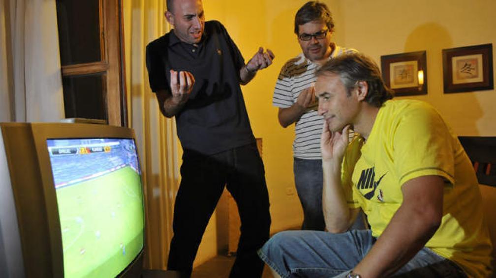 Baldassi mira fútbol. Atrás, le protestan Edgardo Litvinoff y Juan Carlos Carranza. Por un favor a ellos, sube a escena el referí.