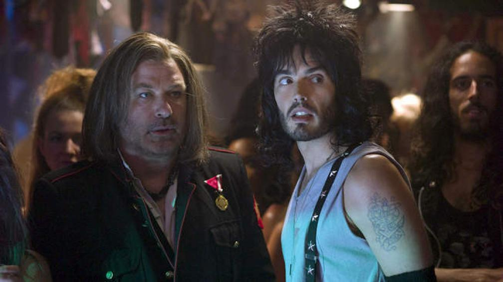 Pelo largo, maquillaje, uñas pintadas y muchos tatuajes, Tom Cruise encarna a Stacee Jaxx, una estrella de rock de los ochenta.