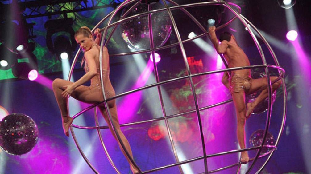 Liz Solari hace equilibrio en la bio-esfera.