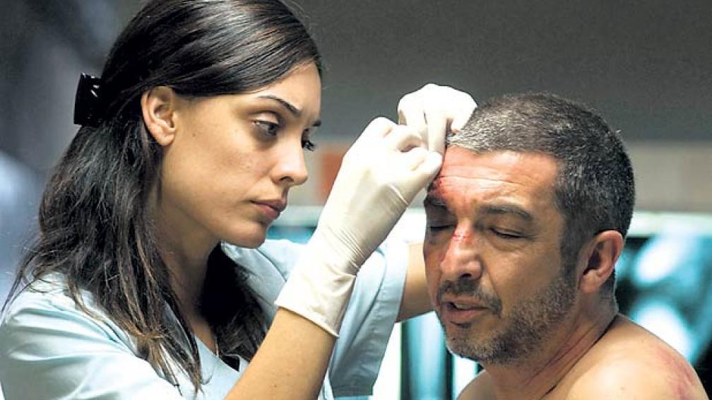 Martina Gusmán compone una joven doctora atrapada en la trama del carroñero Sosa (Darín).