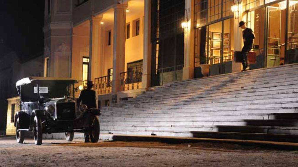 EL HOTEL. Una escena con auto antiguo y la fachada del Hotel Edén, tal cual se ve en la serie.