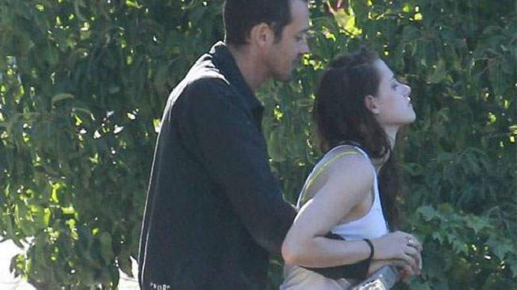 """""""El momento"""". Kristen Stewart mimosa con Rupert Sanders. Foto Web."""