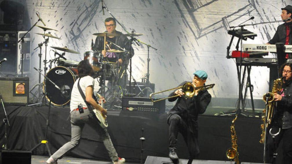 Último show de la banda en Córdoba. Marcel Curuchet, arriba a la derecha.