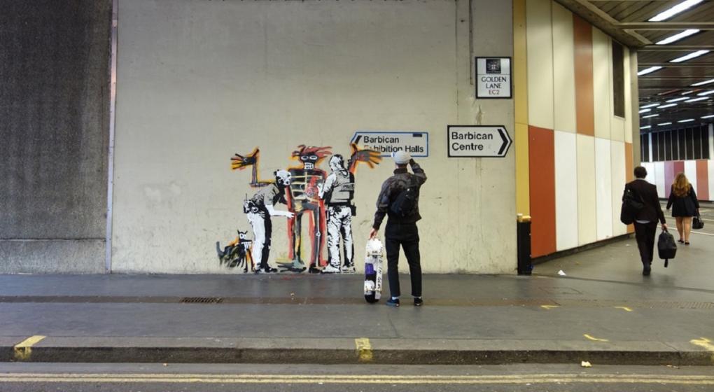 Dos murales del grafitero Banksy aparecieron este lunes en Londres