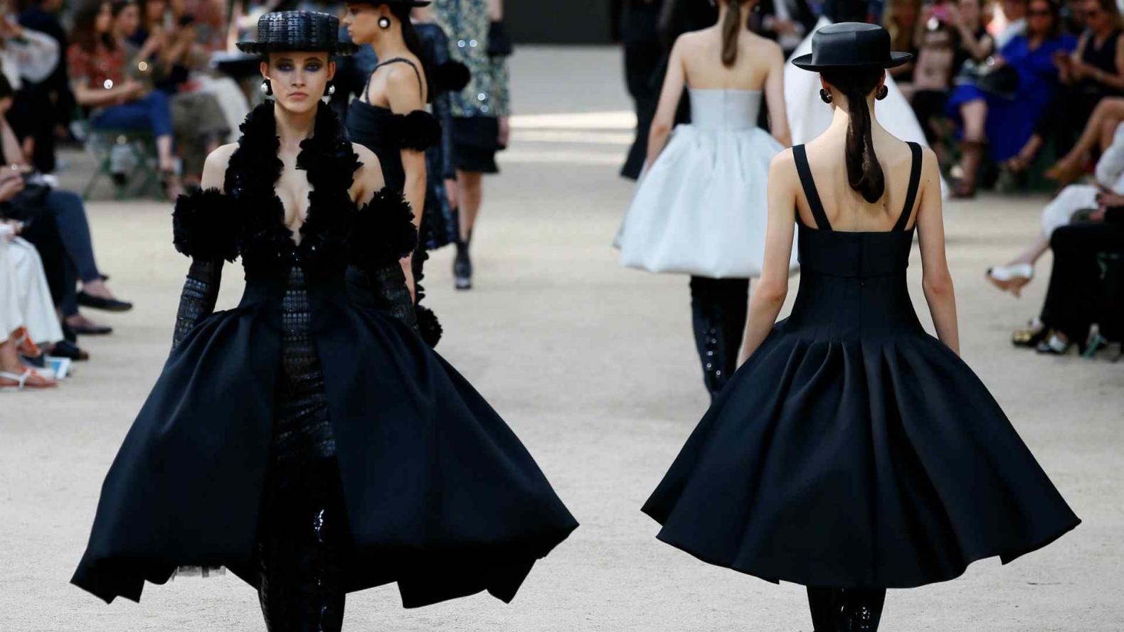 95777a4c3 Chanel y otro desfile para el recuerdo: réplica de la Torre Eiffel, famosos  y
