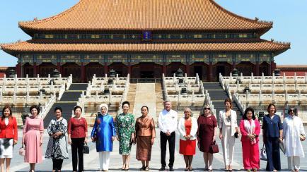 Espléndida con 24 horas de viaje: los looks de Awada en China
