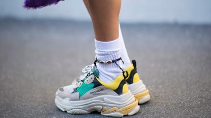 """Cómo usar las zapatillas """"feas"""" que están de moda, sin caer en el ridículo"""