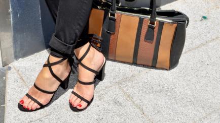 Se usa un modelo de sandalias que nos recuerda a los ´90