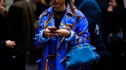 El otoño es azul: mirá cómo vestir el color de moda
