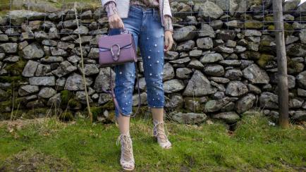 Jeans con perlas: una tendencia para hacer vos misma esta primavera