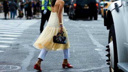 Vestidos y pantalones: la tendencia favortita del street style