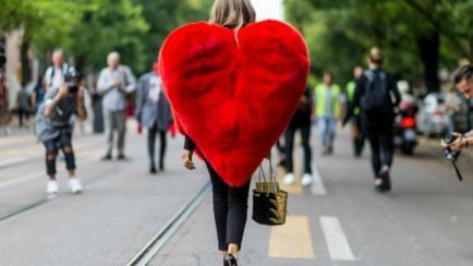 ¿Te animarías a usar un abrigo con forma de corazón? Conocé las celebrities que sí lo hicieron