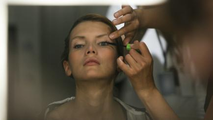 Aprendé a maquillarte con efecto húmedo, paso a paso