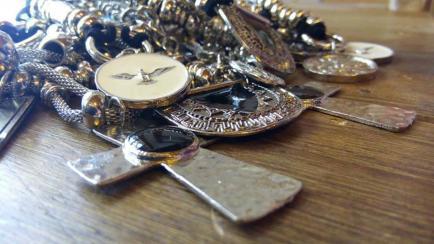 Para llenarte de collares: dos hermanas customizan accesorios y los venden muy baratos