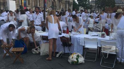 Musa en la Cena Blanca de París.... diferentes formas de llevar un total white