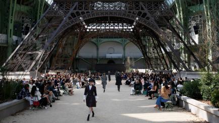Chanel y otro desfile para el recuerdo: réplica de la Torre Eiffel, famosos y piezas únicas