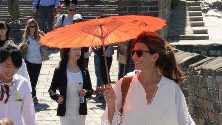 Awada en China: sombrillita y vestido re-usado