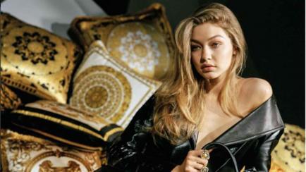 Gigi Hadid se desnuda para Versace