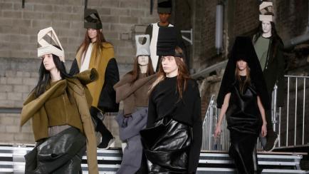 ¿Quiénes fueron testigo del desfile más oscuro en París? En la lista hay dos celebridades