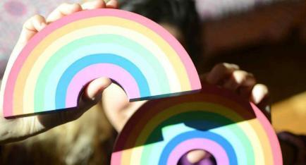 La artista que se hizo popular pintando arcoíris y contagiando buenas vibras