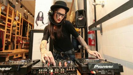 Descubrí a la modelo que además es DJ, tatuadora y empresaria