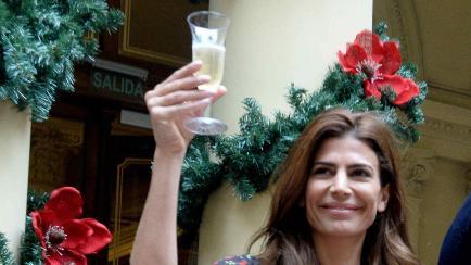 ¿Vestido o pantalón? Dos looks navideños de Juliana Awada