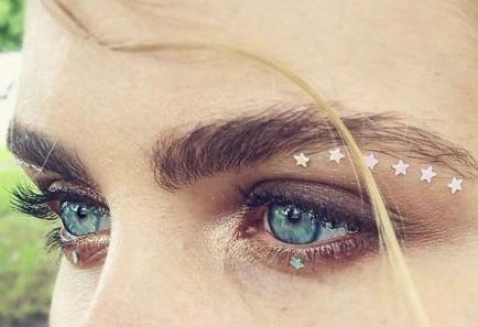 El delineado con estrellas, la nueva moda que invade Instagram