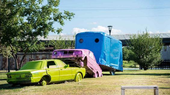 Pablo Curutchet trabajó con autos en desuso del depósito municipal. // Foto: STICK Visual Studio.