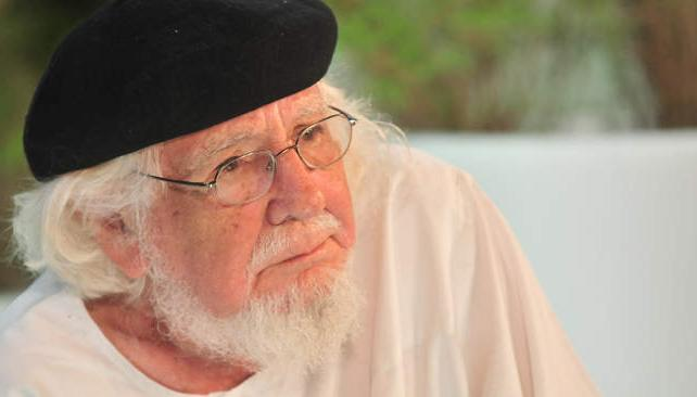 Ernesto Cardenal fue amonestado por Juan Pablo II por mezclar la religión con la revolución sandinista.
