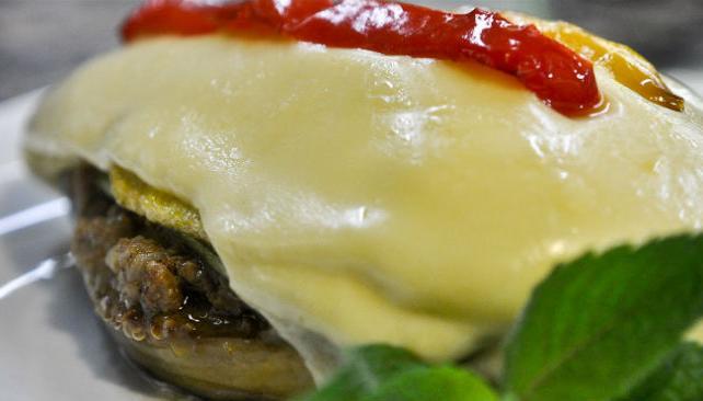 Musaka, plato de berenjenas asadas rellenas con carne, capa de cusa, papa y queso.