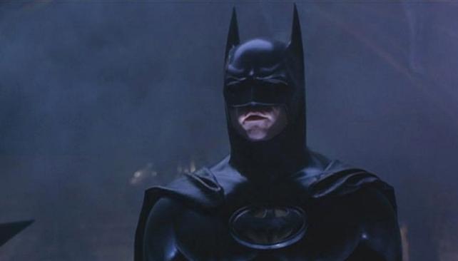 Val Kilmer tomó la posta de Keaton en una película, la primera que dirigió Schumacher.