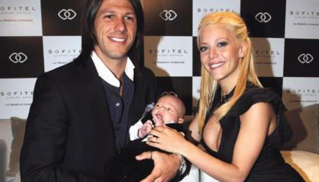 Evangelina Anderson y Martín Demichelis con Bastian, el primer hijo de la pareja.