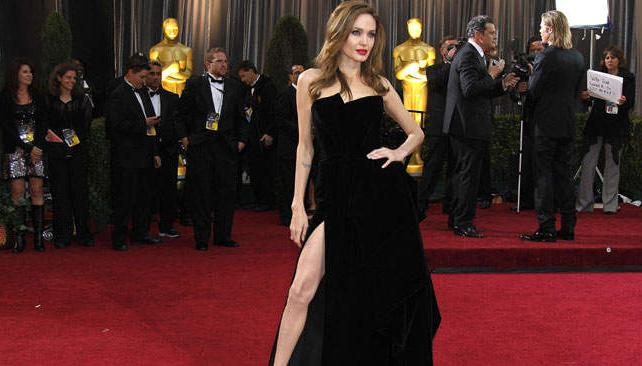 Angelina Jolie, con un Versace negro furioso y espléndida a pesar de los rumores.