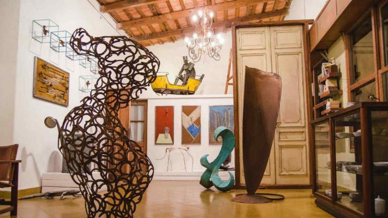 Parada Manantiales, en La Cumbre, exhibirá 'Jugando en el Bosque', con obras de Santiago Dartiguelongue y su invitada, Solange Bendjeunian.