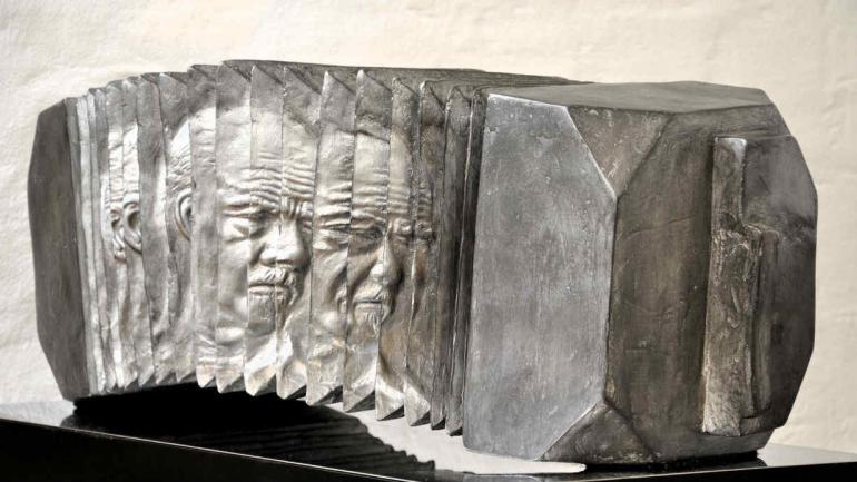 'Homenaje a Piazzola', escultura en resina de Marcelo Hepp que se verá en Escribanos desde el próximo martes.