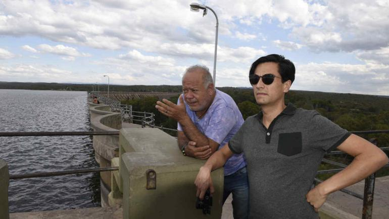 En Cruz del Eje. Buenaventura le muestra el dique a Pardo, el periodista.