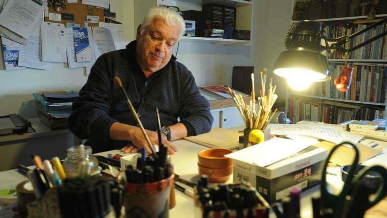 """Crist dice que su """"Homenaje a la historieta"""" es una excusa para amontonar dibujos. // Foto: Ramiro Pereyra."""