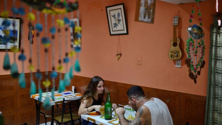 En la casa de Simón. Manuel y Catalina almuerzan en un comedor peruano de Alberdi. Él es habitué, ella fue por primera vez. (Fotografías Pedro Castillo)