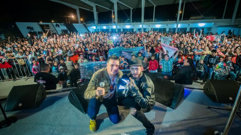 """Junto a """"Quesito"""" Pavón, cantante de La Banda de Carlitos, en el baile que compartieron el miércoles pasado en Frías, Santiago del Estero."""