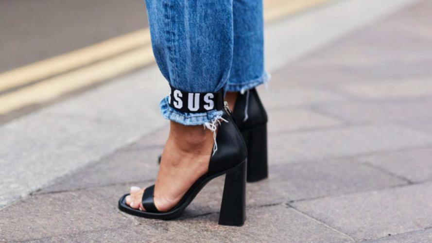 Sandalias por encima del pantalón: una moda