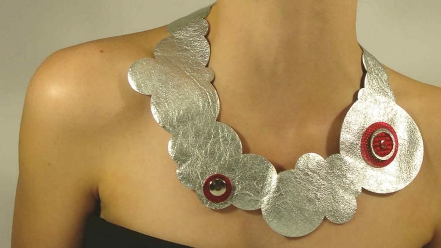 Acrílico y metales en joyería de autor: ¿quién dijo que todo está dicho?