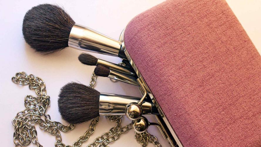 4 productos que no deberían faltar en el bolso de una mujer que sepa de maquillaje