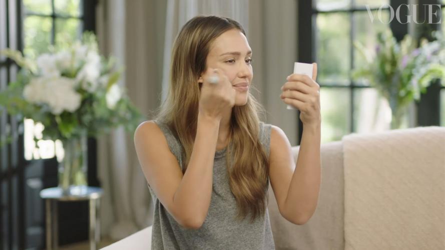 Jessica Alba y el secreto cosmético que según su experiencia la hace lucir
