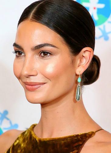 Raya al medio y rodete bajo: el peinado todoterreno para las celebrities