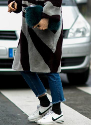 Así vas a llevar los jeans con zapatillas este otoño