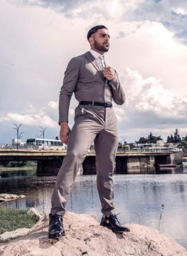 Monos para hombres: un diseñador los fabrica en Córdoba