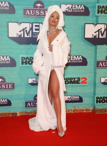 Una famosa usó un traje carísimo para conducir un evento ¡y parece ropa de ducha!